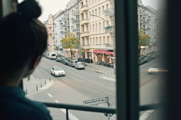 travel-citytrip-berlin-instagrambloggers-chrome-cottage-balcony-view-eliane